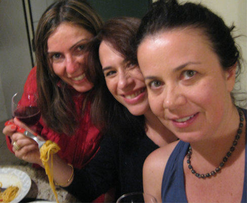Larissa, Ana, Tizi e o espaguete com mexilhões