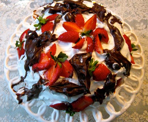 Torta de Morango com Chantilly e Suspiros